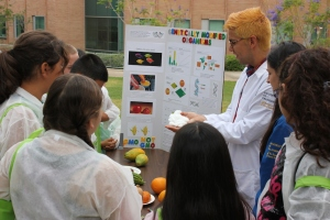 Graduate students Michael Pin and Elizabeth Luscher lead a conversation about genetically modified plants. Photo credit: Plant Discovery Day Staff